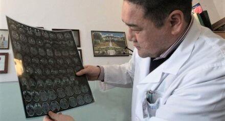 Проректор КГМА, профессор-нейрохирург К.Ырысов провел сложнейшие операции пациентам с гигантскими опухолями головного мозга
