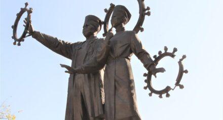 В КГМА открыли памятник медикам — борцам с пандемией